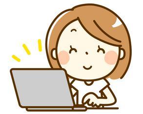 ノートパソコンを見る笑顔の女性 イラスト