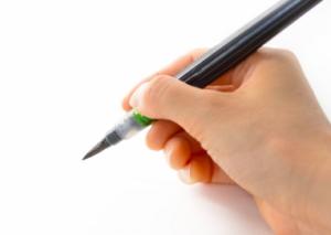 筆ペンを持つ手