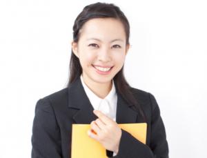 笑顔の女性新入社員