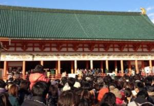 平安神宮 初詣の参拝客で埋まった境内