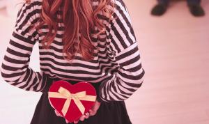 後ろ手にバレンタインプレゼントを持った女性 イラスト