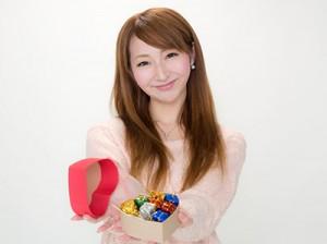 バレンタインチョコを渡す女性
