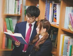 男女の高校生 図書室