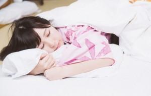 枕を抱いてすやすや寝ている女性