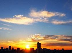 東京の町並みと日の出