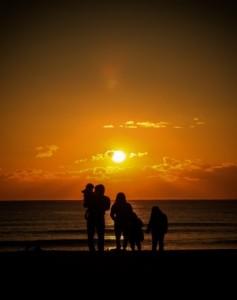 海岸 家族 日の出