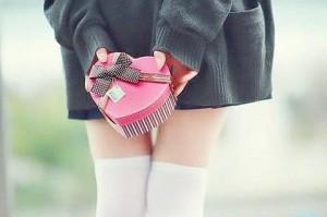 後ろにバレンタインチョコを持った女子生徒