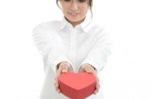 バレンタインチョコをプレゼントする女性
