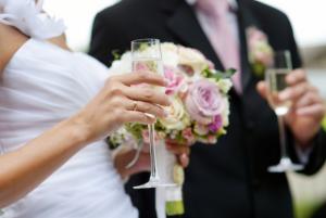 シャンパングラスを持った新郎新婦 結婚式