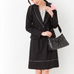 卒業式 母親 黒のスカートスーツ