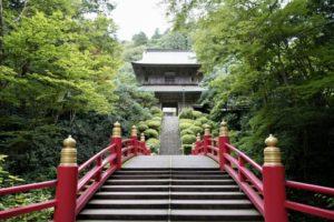 紅い欄干とお寺