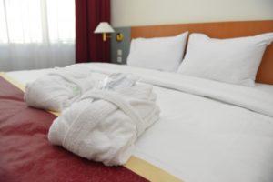 ホテル 部屋 ベッド バスローブ