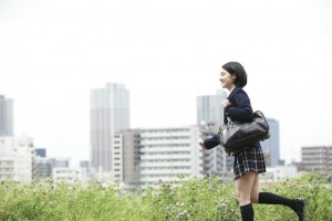 河原を走る女子高生 イラスト