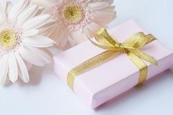 ゴールドリボンのプレゼント 白い花