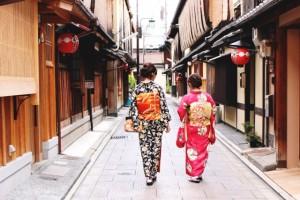 京都の街を歩く浴衣の女性