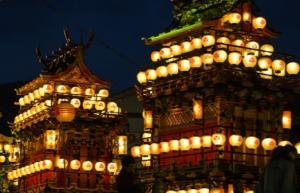 飛騨古川祭り 提灯でライトアップされた屋台