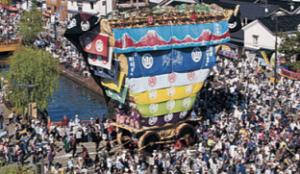 青柏祭 でか山とたくさんの観光客