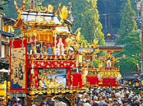 高山祭 豪華な山車と多くの観光客