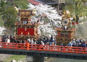 春の高山祭り 桜と山車とたくさんの見物客