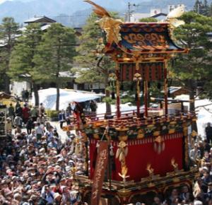 春の高山祭り 豪華な山車とたくさんの観光客