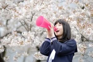 メガホンを持った女子生徒 桜