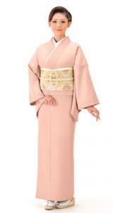 色無地の着物を着ている女性 桜色