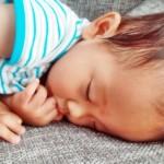 赤ちゃんの暑さ対策。部屋、外出先での上手な体温調節方法。