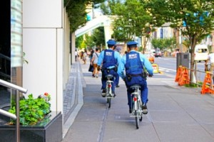 巡回取締 自転車に乗った警察官