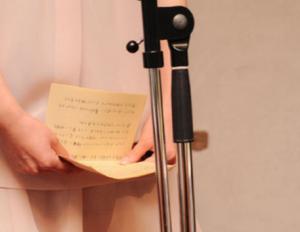 スピーチ 手紙を持った女性