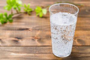 炭酸水が入ったコップ