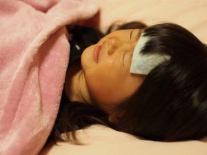 熱を出して寝ている女の子