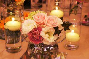 披露宴 テーブルのろうそくと花