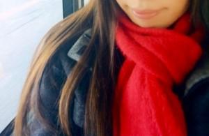 赤いマフラーをした女性