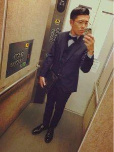 男性 ネイビー スーツ 蝶ネクタイ