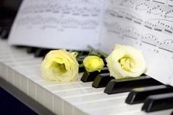 ピアノと楽譜とバラ