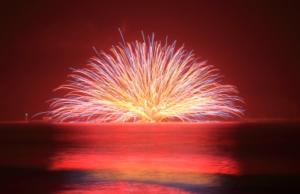 巨大で華やかな水中花火