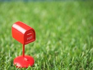 芝生 ミニチュアの郵便ポスト