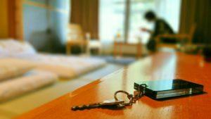 旅館 部屋 女性 鍵