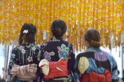 七夕飾り 浴衣を着た女性3人