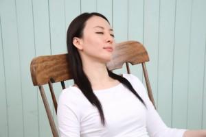 女性 昼寝 椅子