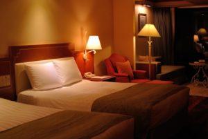 ホテルの部屋 ベッドと照明