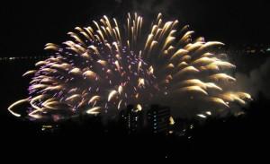 諏訪湖花火大会 大きな水上花火