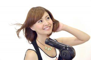 女性 髪 ドライヤー