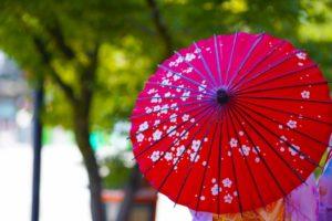 赤い和傘をさした女性
