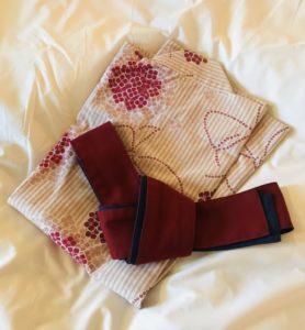 ベッドの上に置いてある浴衣と帯