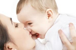 赤ちゃんの鼻にキスするママ