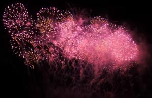 ピンク色の打ち上げ花火