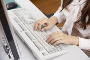 パソコンのキーボードをうつOL