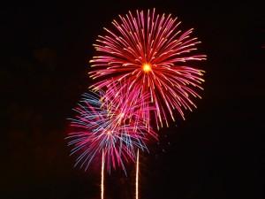 ピンク色の鮮やかな打ち上げ花火
