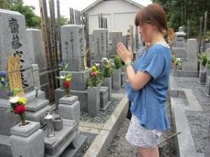 お墓参りする女性